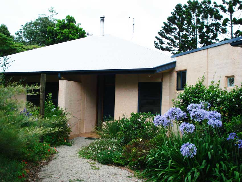 Rammed earth home, Maleny. Parapet wall. Brushed finish.